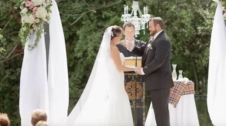Ο γαμπρός χαστούκισε τη νύφη…και δεν είχε καν προλάβει να του πατήσει το πόδι (vid)