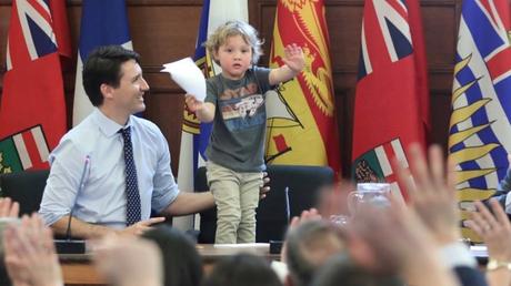 Ο γιος του Τριντό σε ρόλο… πρωθυπουργού – Δείτε τον να παίζει στο γραφείο με τον μπαμπά του (pics)