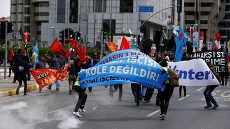 Πρωτομαγιά: Επεισόδια με διαδηλωτές και αστυνομικούς στην πλατεία Ταξίμ (pics)