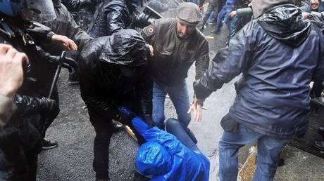 Πρωτομαγιά: Συγκρούσεις της αστυνομίας με διαδηλωτές στο Τορίνο