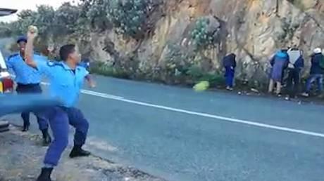 Σάλος με βίντεο που δείχνει αστυνομικούς να κακομεταχειρίζονται κλέφτες…μήλων (vid)