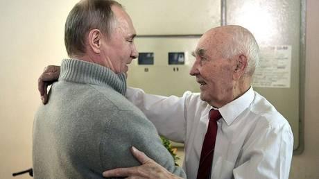 Τα «χρόνια πολλά» του Πούτιν και τα ξεχωριστά δώρα στον άλλοτε ισχυρό άνδρα της KGB (pics&vid)