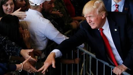 Τι «κρύβουν» οι χειραψίες του Ντόναλντ Τραμπ (pics)