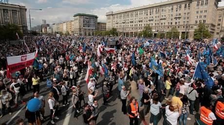 Χιλιάδες άνθρωποι στους δρόμους της Βαρσοβίας (pics)