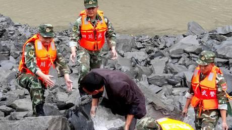 Άνθρωποι θαμμένοι κάτω από τόνους πέτρας: Η φονική κατολίσθηση στην Κίνα από drone (vid)