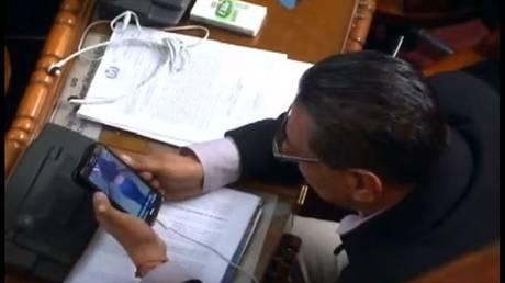 Βουλευτής «πιάστηκε στα πράσα» να παρακολουθεί καλλιστεία οπισθίων στη Βουλή (vid)