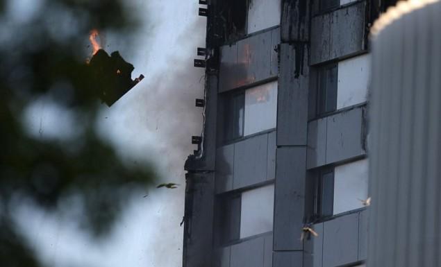 Γονείς πέταξαν μωρά από το φλεγόμενο κτίριο για να σωθούν – Συγκλονιστικές μαρτυρίες από το Λονδίνο