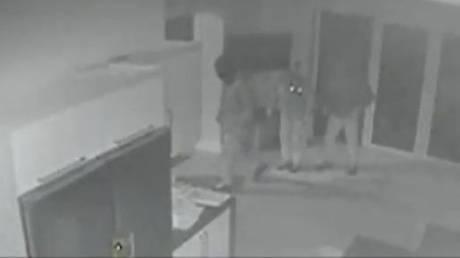 Γυναίκα ήρθε αντιμέτωπη με διαρρήκτες ενώ έβαζε το παιδί της για ύπνο (vid)