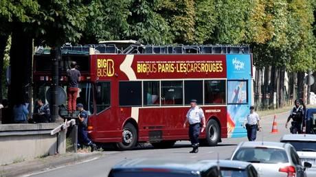 Διώροφο τουριστικό λεωφορείο έπεσε στον τοίχο σήραγγας στο Παρίσι