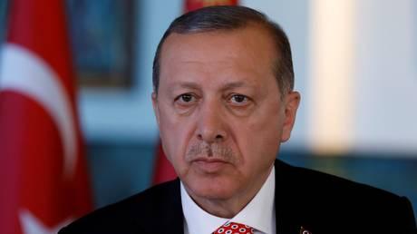 Ερντογάν: «Τρικ» οι υποσχέσεις πως τα όπλα που δόθηκαν στους Κούρδους θα επιστραφούν στις ΗΠΑ