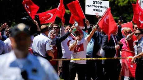 ΗΠΑ: Δύο συλλήψεις για τα επεισόδια έξω από την πρεσβεία της Τουρκίας