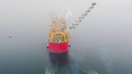 Η μεγαλύτερη πλωτή μονάδα υγροποιημένου φυσικού αερίου στον κόσμο πλέει προς την Αυστραλία