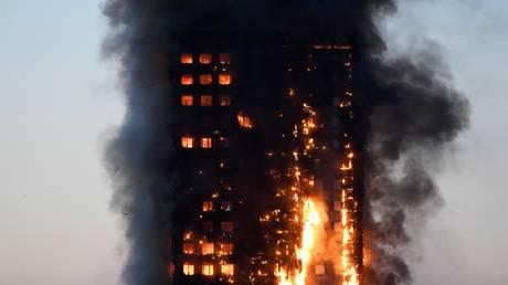 Λονδίνο: Εκατοντάδες εγκλωβισμένοι από πυρκαγιά σε ουρανοξύστη 27 ορόφων – Φόβοι για κατάρρευση
