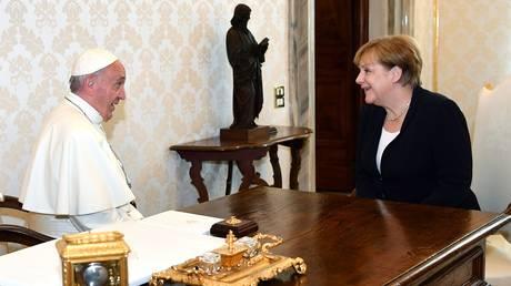 Ο πάπας «ενθάρρυνε» την καγκελάριο να συνεχίσει τις προσπάθειες για διεθνή συνεργασία (pics)