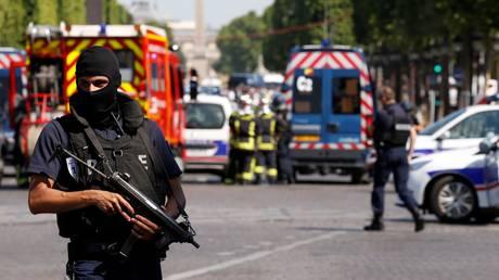 Παρίσι: Πιθανόν νεκρός ο οδηγός του οχήματος που έπεσε σε βαν της αστυνομίας