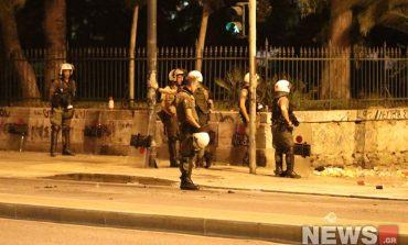 Μολότοφ και πέτρες κατά αστυνομικών έξω από το Πολυτεχνείο
