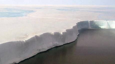 «Έσπασε» η Ανταρκτική, έγινε παγόβουνο η περιοχή Larsen C (vid)