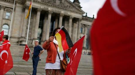 «Πόλεμος» Γερμανίας-Τουρκία για ένα πανό που έγραφε: «Σκοτώστε τον Ερντογάν»