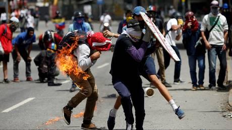 Ένας νεκρός – δεκάδες τραυματίες από τις συγκρούσεις στη Βενεζουέλα (pics)