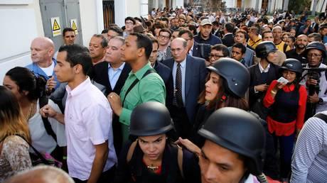 Βενεζουέλα: Αποχωρούν οι εγκλωβισμένοι από το κτίριο της Εθνικής Συνέλευσης (pics)