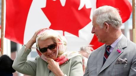 Γέλια μέχρι δακρύων για Κάρολο και Καμίλα σε παραδοσιακή τελετή στον Καναδά (vid)