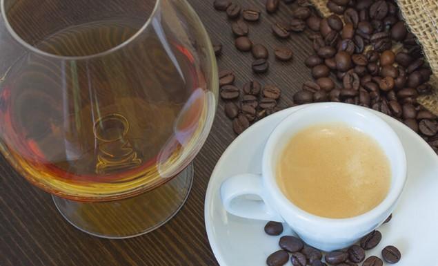 Γιατί θα πρέπει να μειώσετε την κατανάλωση αλκοόλ και καφέ