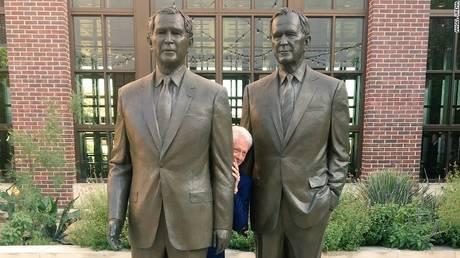 Η φωτογραφία που έγινε viral: Ο Μπιλ Κλίντον κρύβεται ανάμεσα σε δύο Μπους