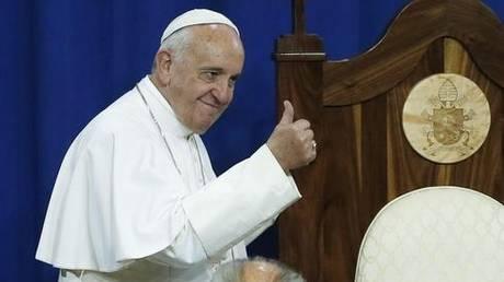Ο Πάπας… τρολάρει τους γκρινιάρηδες: Η  ταμπέλα που κρέμασε έξω από το διαμέρισμά του (pic)