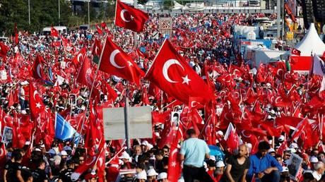 Πραξικόπημα στην Τουρκία: Βγήκαν στους δρόμους κρατώντας τουρκικές σημαίες (pics)