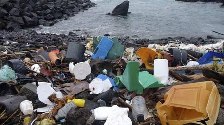 Στους ωκεανούς επιπλέουν περισσότερα από 5 τρισεκατομμύρια κομμάτια πλαστικού