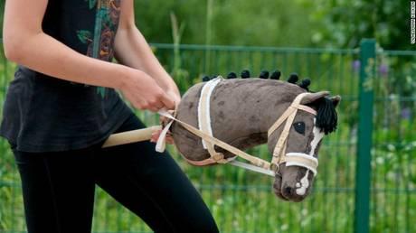 Τι είναι το hobbyhorsing που έχει ξετρελάνει τους Φινλανδούς (pics&vid)