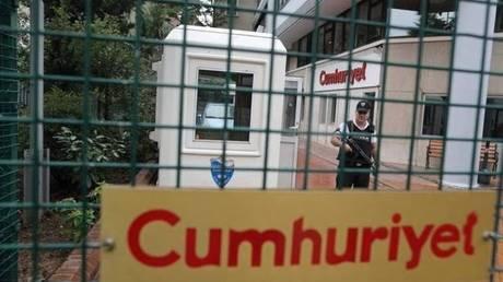 Τουρκία: Αποφυλακίζονται επτά δημοσιογράφοι της εφημερίδας Τζουμχουριέτ