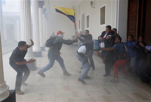 Παγκόσμιο σοκ: Τα τσιράκια του Μαδούρο αιματοκύλισαν τη Βουλή της Βενεζουέλας [εικόνες]