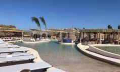 Η μεγαλύτερη παραθαλάσσια πισίνα της Ευρώπης βρίσκεται στη Μύκονο -2.000 τ.μ. σε έναν επίγειο παράδεισο