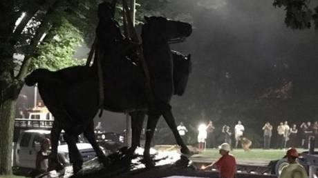 Βαλτιμόρη: Νύχτα απομακρύνθηκαν τα αγάλματα προσωπικοτήτων του αμερικανικού Νότου
