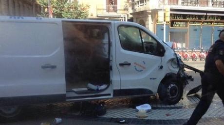 Βαρκελώνη: Δύο ένοπλοι εισέβαλαν σε εστιατόριο – φορτηγό έπεσε σε πλήθος (pic&vid)