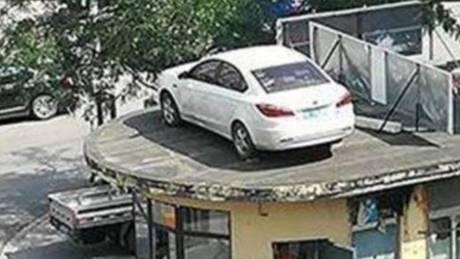Γυναίκα πάρκαρε παράνομα και όταν γύρισε το βρήκε στην ταράτσα
