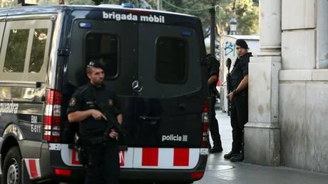 Επιθέσεις στη Βαρκελώνη: Θρίλερ με τον οδηγό του βαν, επεκτείνονται και στη Γαλλία οι έρευνες