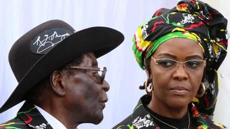 Η Πρώτη Κυρία της Ζιμπάμπουε χτύπησε μοντέλο που διασκέδαζε με τους γιούς της