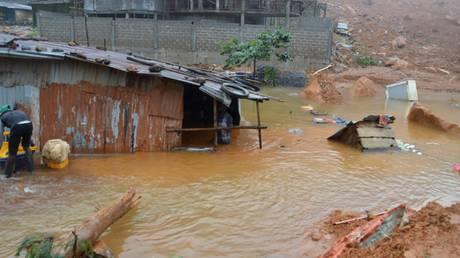 Θρήνος στη Σιέρα Λεόνε: Πάνω από 100 παιδιά μεταξύ των νεκρών από τις κατολισθήσεις (pics)