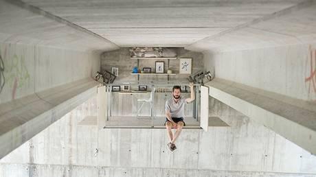 Ισπανός σχεδιαστής έφτιαξε το γραφείο του κάτω από πολυσύχναστη γέφυρα (Pic+Vid)