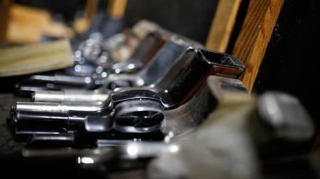 Καμαριέρα πυροβόλησε κατά λάθος συνάδελφο της με όπλο μαφιόζου (pic)