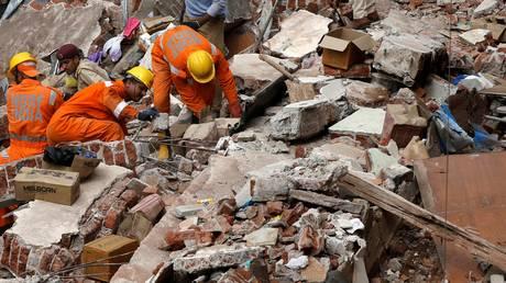 Κτίριο κατέρρευσε από τις βροχές στη Βομβάη: 18 νεκροί – Οικογένειες κάτω από τα ερείπια (pics)
