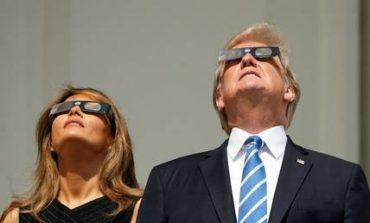 Ντόναλντ και Μελάνια Τραμπ φόρεσαν τα ειδικά γυαλιά και είδαν την έκλειψη ηλίου (pics)