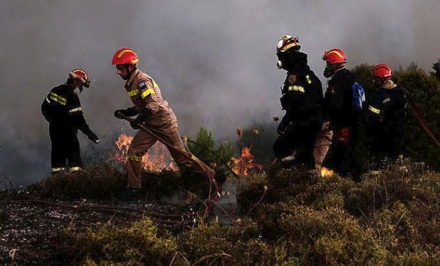 Ολονύχτια μάχη με τις φλόγες στην Βόρειοανατολική Αττική