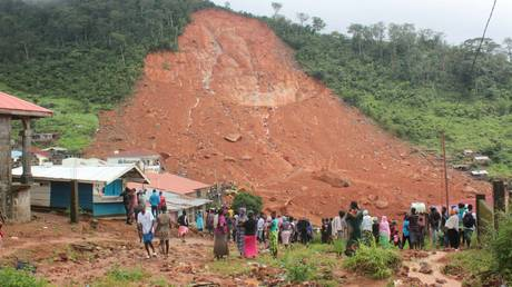 Σιέρα Λεόνε: Εικόνες σοκ από τις κατολισθήσεις που άφησαν πίσω τους πάνω από 300 νεκρούς