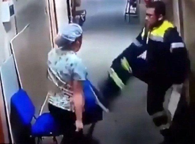 Σοκ – Νοσηλευτής κλωτσά στην κοιλιά έγκυο νοσοκόμα