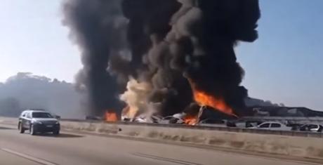 Τρομακτική καραμπόλα 36 οχημάτων στην Βραζιλία – Κάηκαν δεκάδες αυτοκίνητα (vid)
