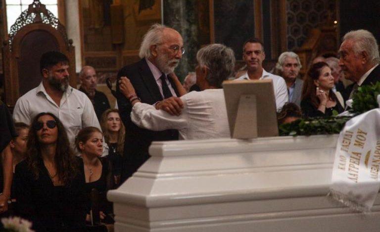Η Ελλάδα αποχαιρετά την Ζωίτσα – Πλήθος κόσμου στην κηδεία της Λάσκαρη