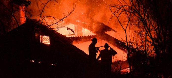 Η φωτιά στον Κάλαμο μέσα από 20&3 δραματικές φωτογραφίες -Σπίτια στις φλόγες [εικόνες].